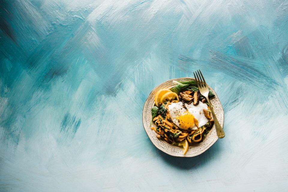 piatto di cibo su sfondo azzurro e bianco