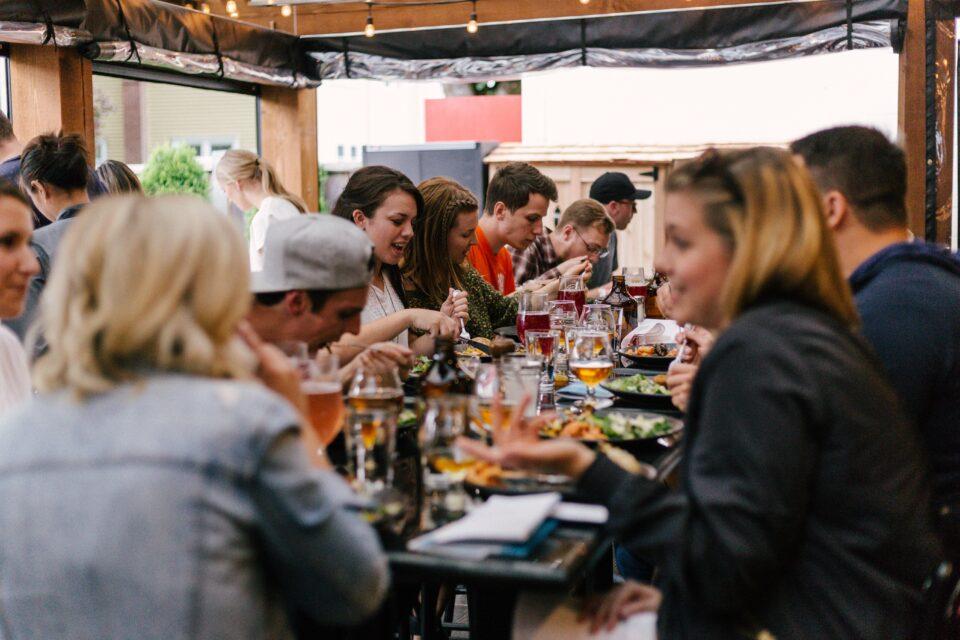 tavolata di amici che pranzano