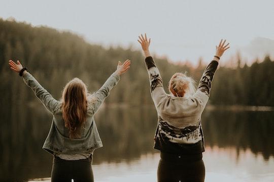 ragazze con le braccia alzate al cielo